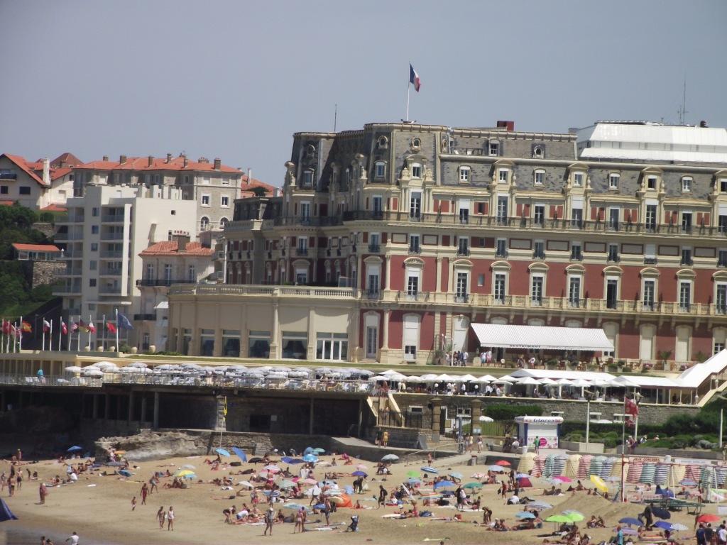La grande plage et l'hôtel du Palais, ancienne résidence  résidence d'été de l'impératrice Eugénie, épouse de l'empereur Napoléon III