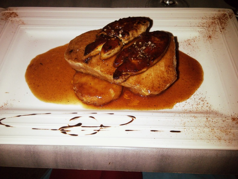Thon poêlé au foie gras avec ses galettes de pomme de terre et sa sauce au confit d'oignons - @ Les Colonnes